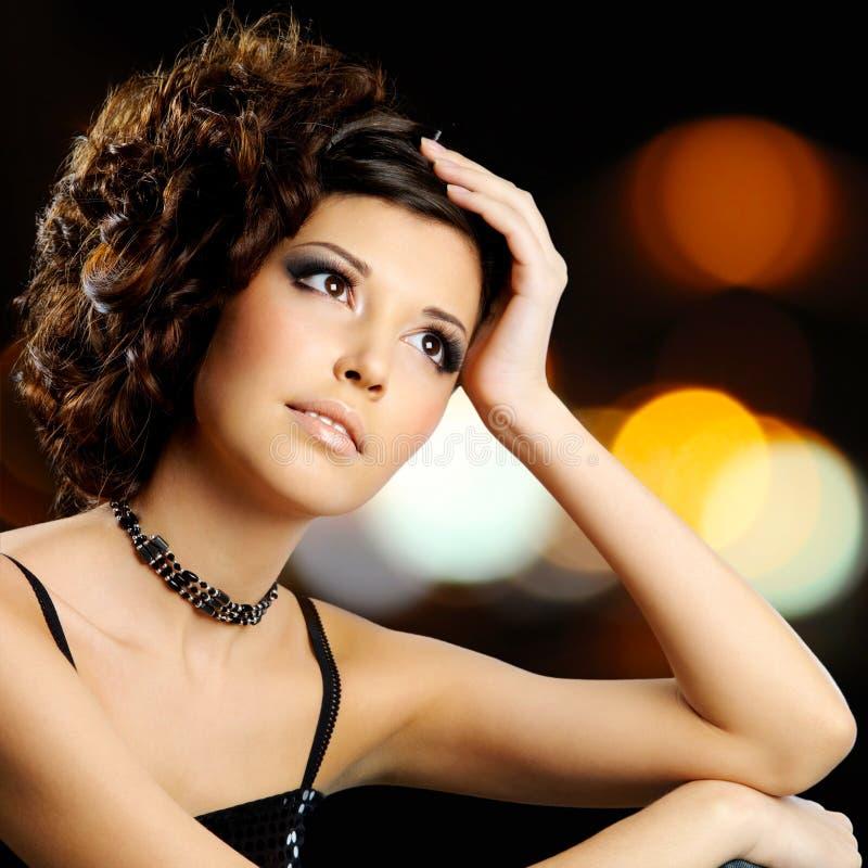 Portret brunetki kobieta z mody fryzurą obraz stock