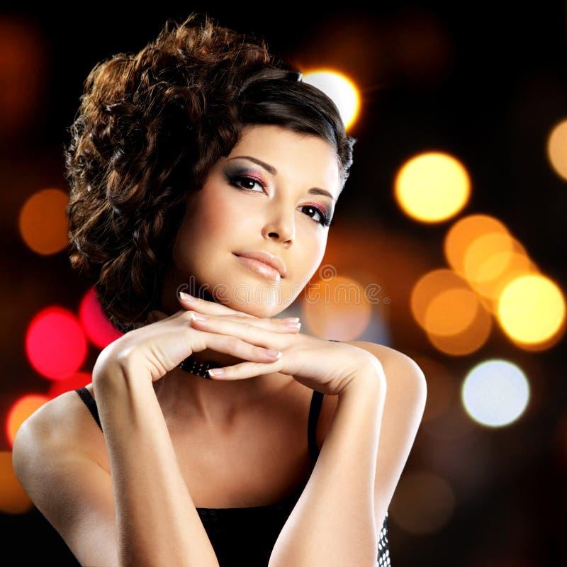 Portret brunetki kobieta z mody fryzurą fotografia stock