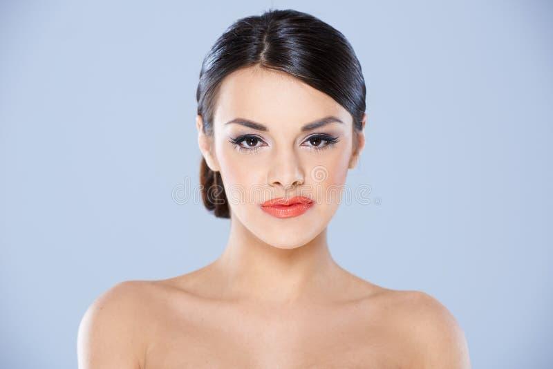 Portret brunetki kobieta z Nagimi ramionami fotografia royalty free