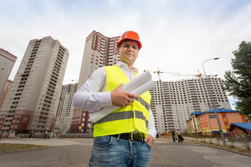 Portret budowa inżynier w hardhat pozuje przed obraz stock