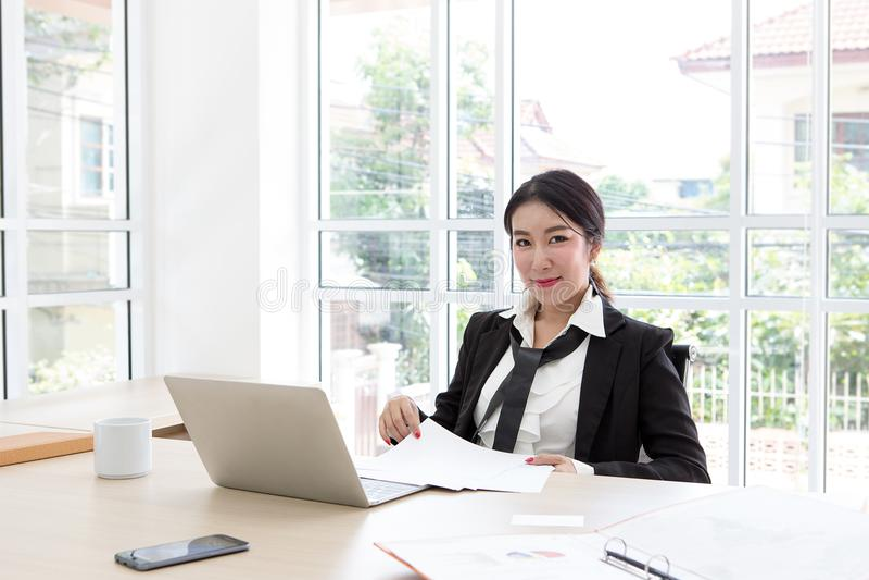 Portret businesslady przy biurowym biurkiem czarować Asia Damy sekretarka zdjęcie stock