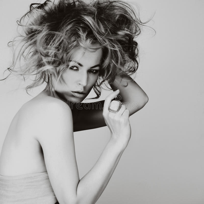 Portret caucasian młoda kobieta z blondynem, piękny oko obrazy stock