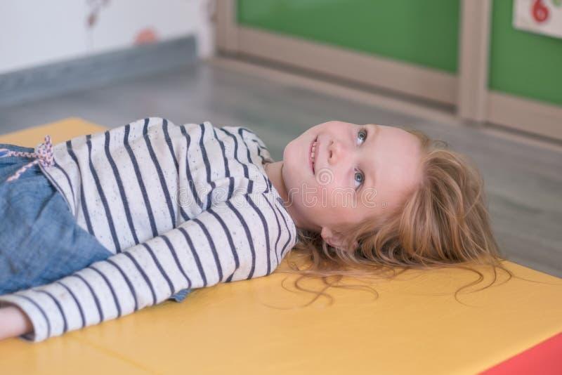 Portret caucasian mała dziewczyna zdjęcia royalty free