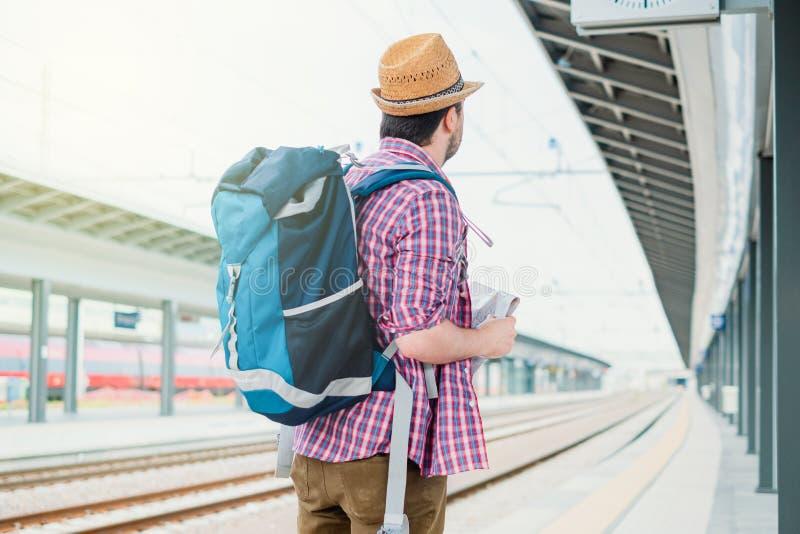 Portret caucasian samiec w kolejowym dworcu zdjęcie royalty free