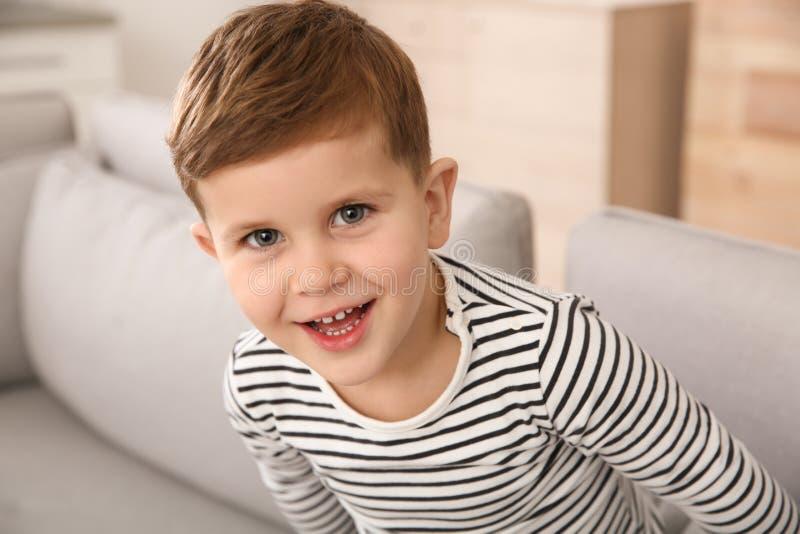 Portret chłopiec śmiać się zdjęcia stock