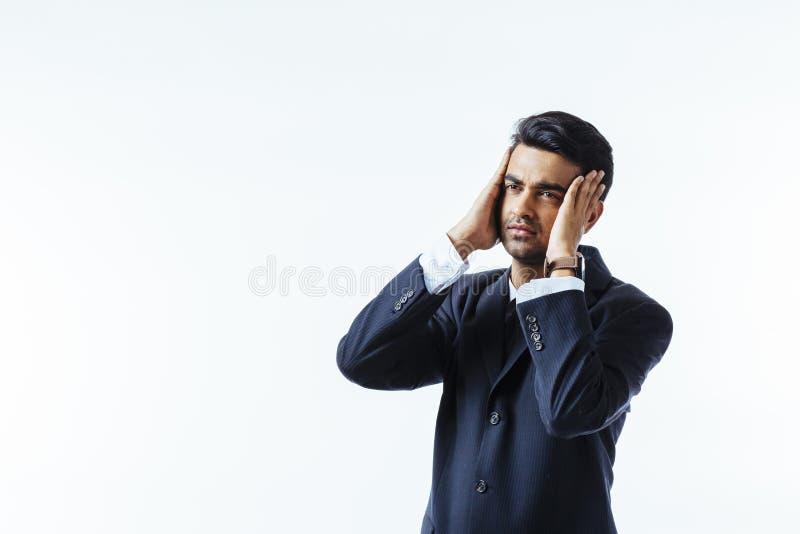 Portret chłodno biznesmen trzyma jego głowę w niewiarze w bólu lub, odosobniony na białym tle obrazy royalty free