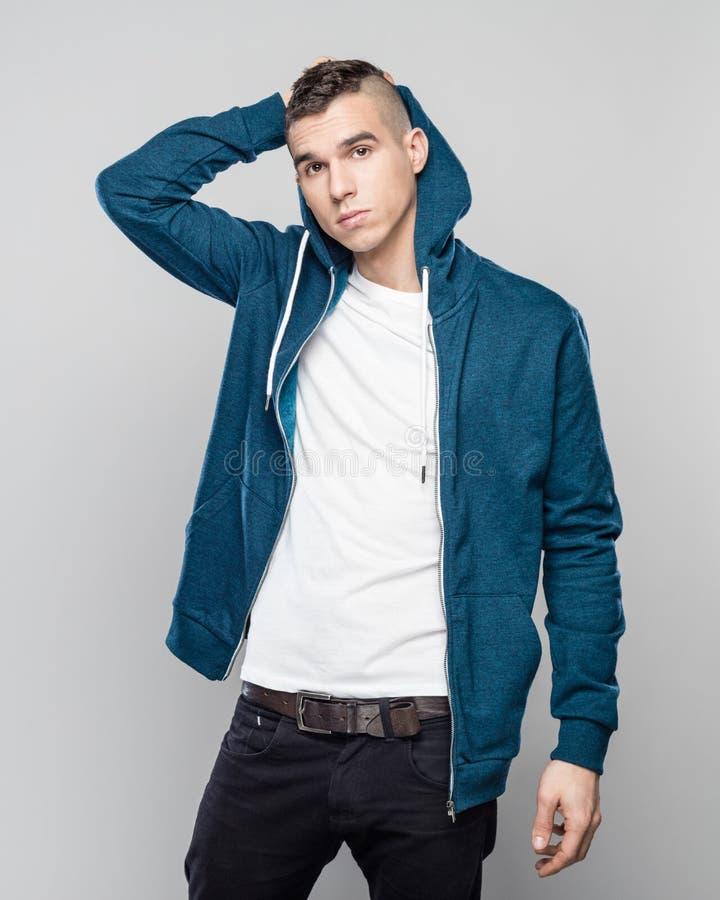 Portret chłodno młody człowiek w hoodie obraz stock