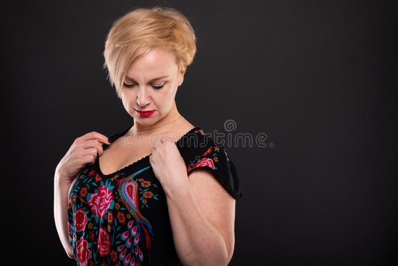 Portret chłodno modnej kobiety ułożenia suknia obrazy stock