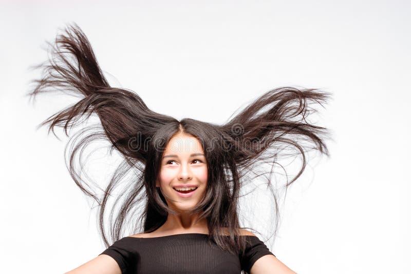 Portret chłodno szczęśliwej brunetki modna nastoletnia dziewczyna, przypadkowy zdjęcie royalty free