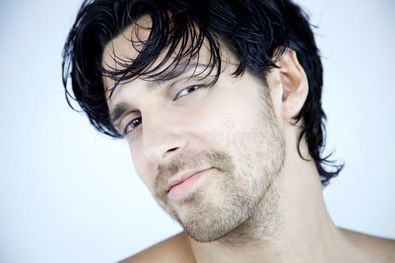 Portret chłodno uśmiechnięty mężczyzna w błękicie zdjęcie stock