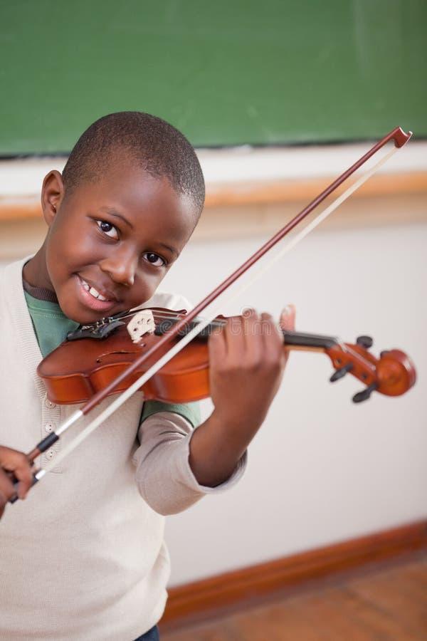 Portret chłopiec bawić się skrzypce fotografia royalty free