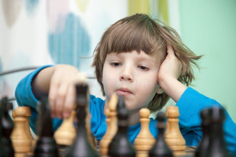Portret chłopiec bawić się szachy obrazy stock
