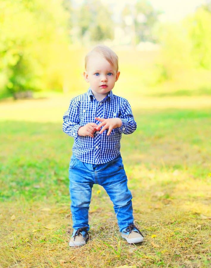 Portret chłopiec dziecko outdoors chodzi w parku zdjęcia stock