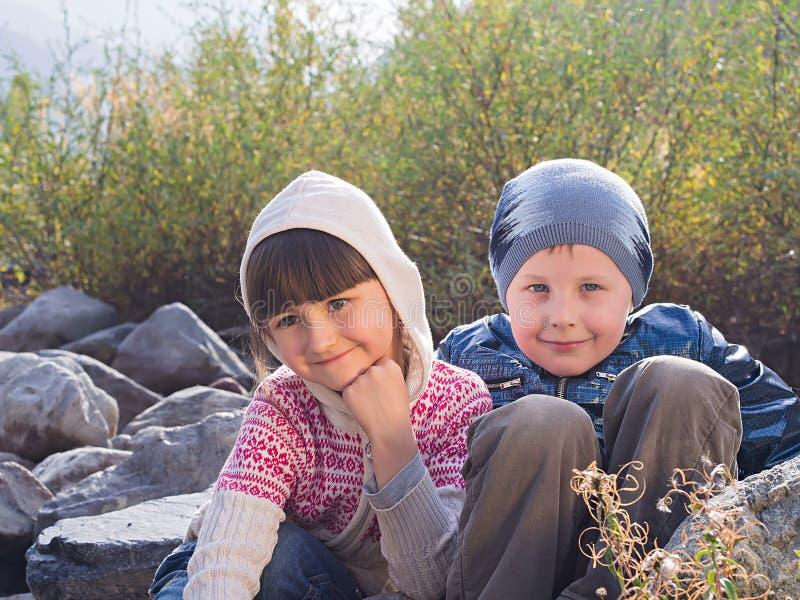 Portret chłopiec i dziewczyna zdjęcia royalty free