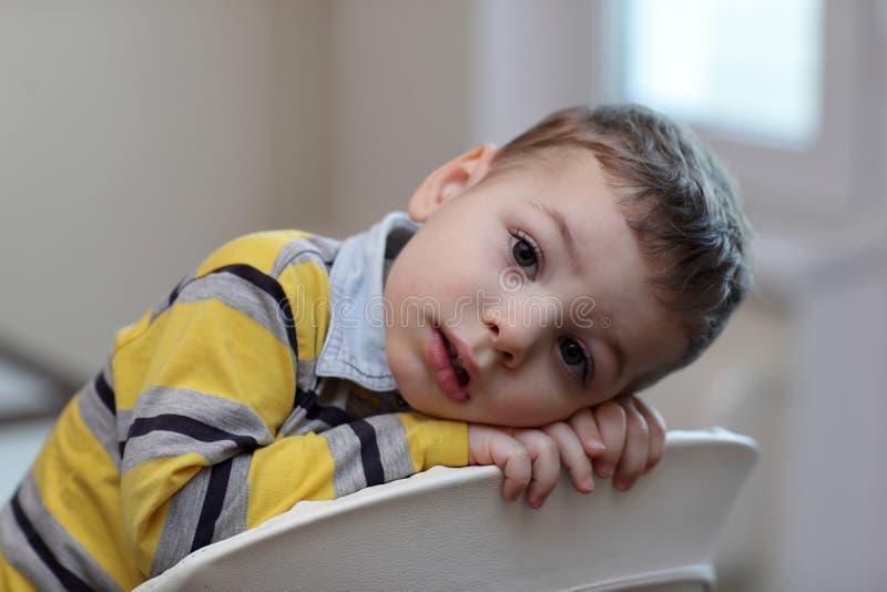 Portret chłopiec przy highchair obrazy stock