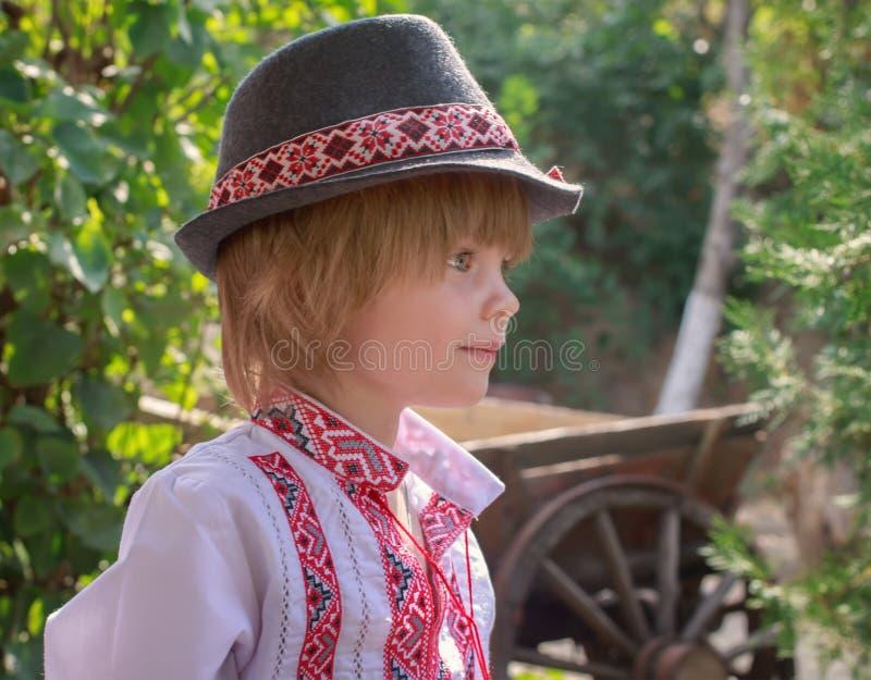Portret chłopiec w białej upiększonej koszula i kapeluszu troszkę obrazy stock