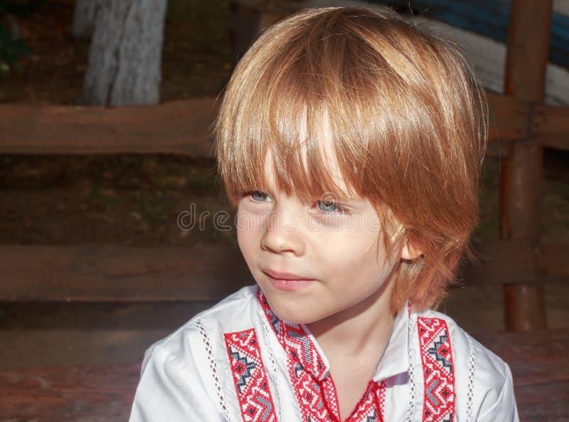 Portret chłopiec w białej upiększonej koszula troszkę zdjęcie royalty free