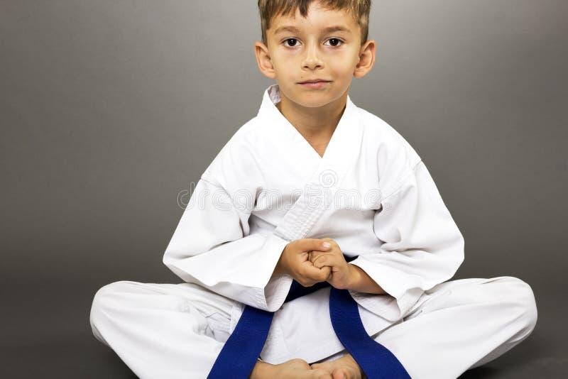 Portret chłopiec w kimonowym szkoleniu na podłoga zdjęcia royalty free