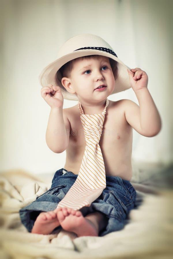 Portret chłopiec z krawatem i kapeluszem fotografia stock