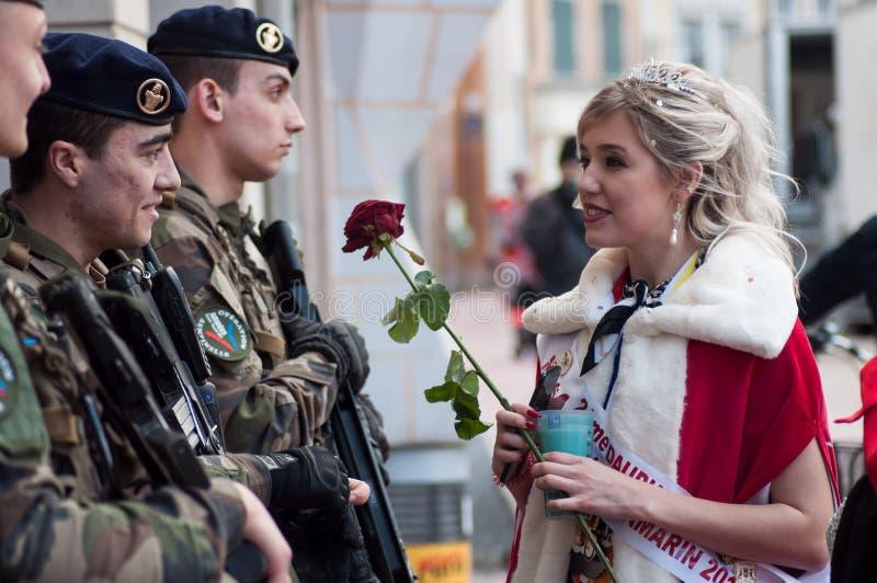 Portret chybienie karnawałowy mówienie militarni ludzie z czerwieni różą w ręce zdjęcie royalty free