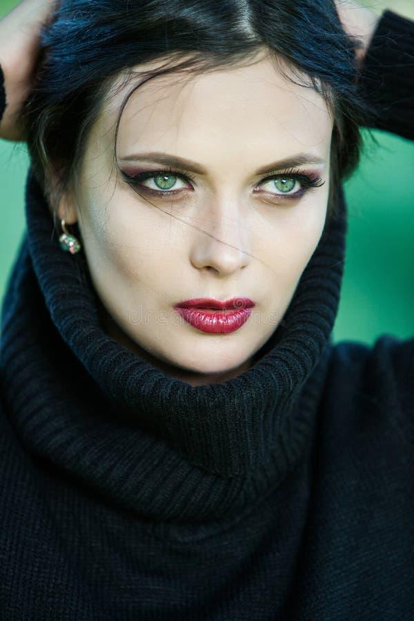 Portret ciągnie jej modnego puloweru koszt stały ma zabawę dziewczyna Plenerowa atmosferyczna styl życia fotografia młoda piękna  obraz stock
