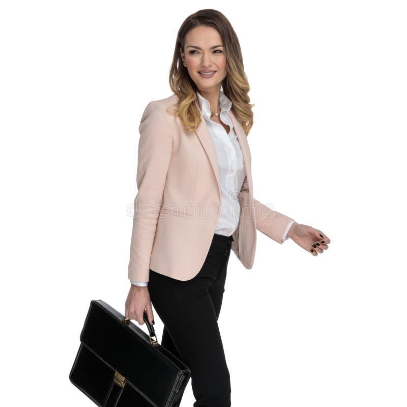 Portret ciekawa bizneswomanu mienia walizka i odprowadzenie popierać kogoś obrazy royalty free