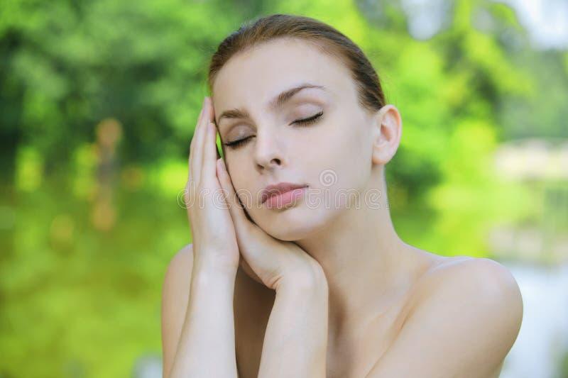 portret ciemna z włosami naga kobieta zdjęcia stock