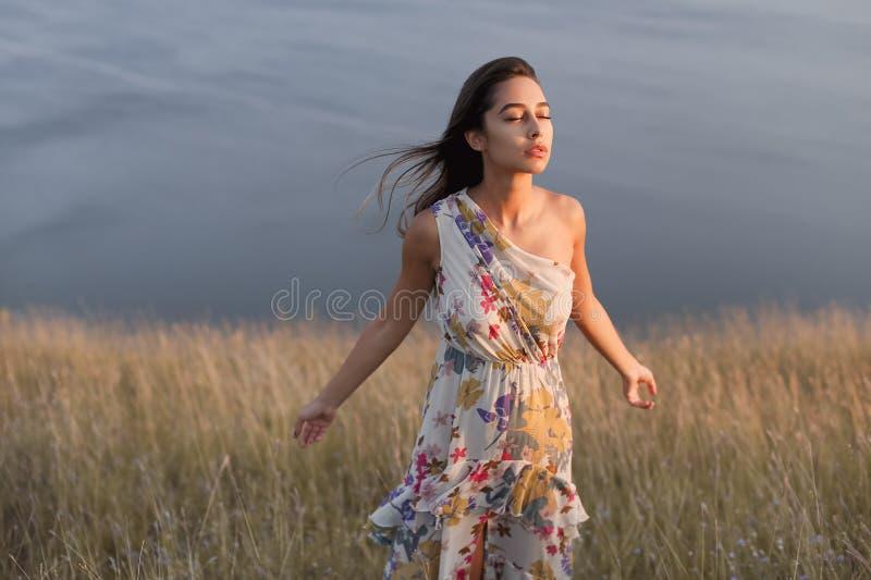 Portret cieszy się wiatr outdoors dziewczyna obrazy royalty free