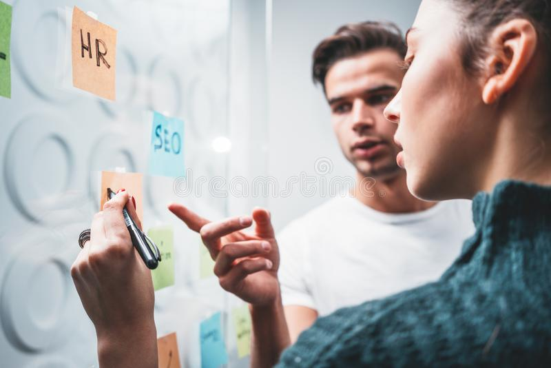 Portret coworking drużynowego brainstorming nowych biznesowych pomysły za szklaną ścianą wysyłał kleistego Ludzie wysyłają mnie n obrazy royalty free