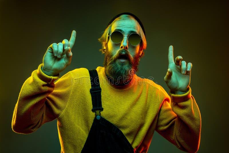 Portret człowieka kaukaskiego wyizolowany na gradientowym tle w świetle neonowym fotografia stock