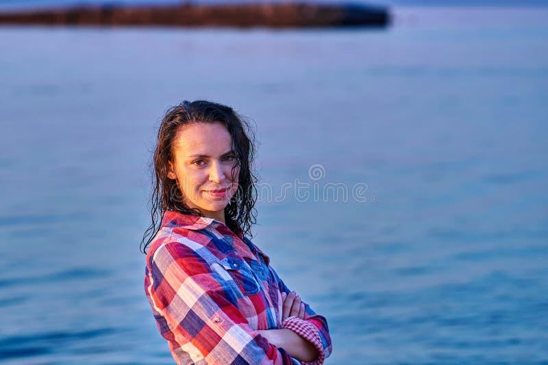 Portret czarnogłowa mokra w średnim wieku kobieta w szkockiej kraty koszula na lato wieczór obraz stock