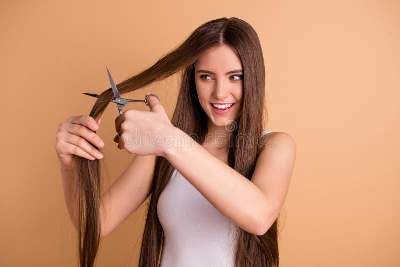 Portret czarować dosyć uroczą nastoletnią nastolatka chwyta rękę chce ostrzyżenie czasu wolnego wizyty salonu włosiany śliczny śm zdjęcie stock