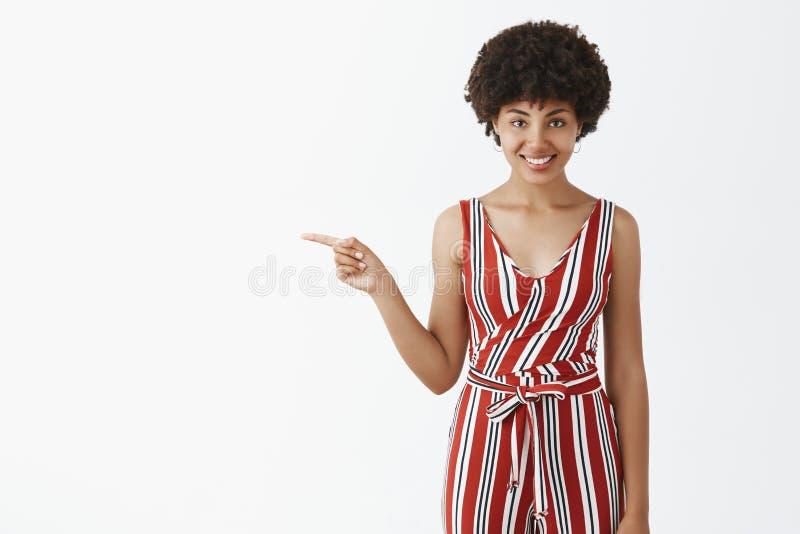 Portret czarowa? flirty, brawurowej atrakcyjnej amerykanin afryka?skiego pochodzenia kobiety z afro fryzury wskazywa? i obraz stock