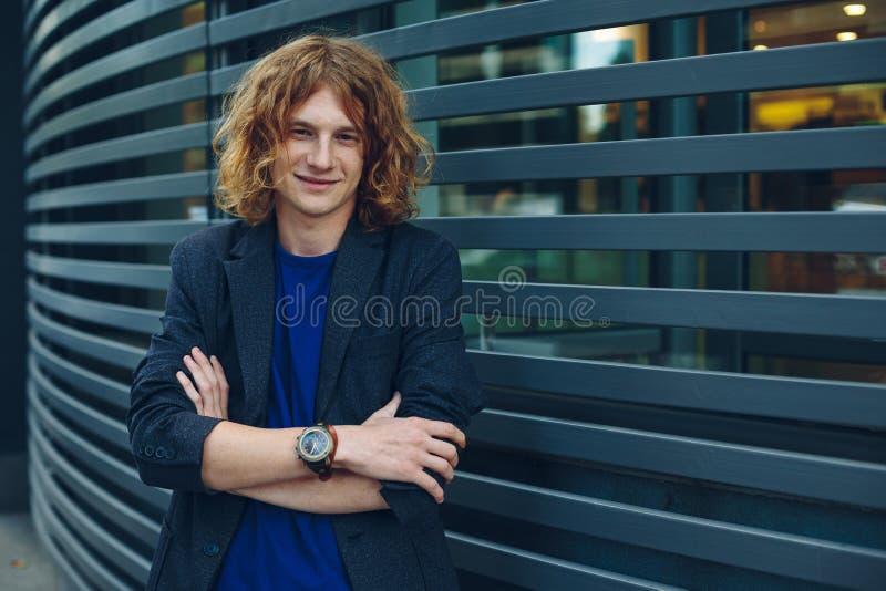 Portret czerwony z włosami mężczyzna nad miastowym futurystycznym tłem zdjęcia stock