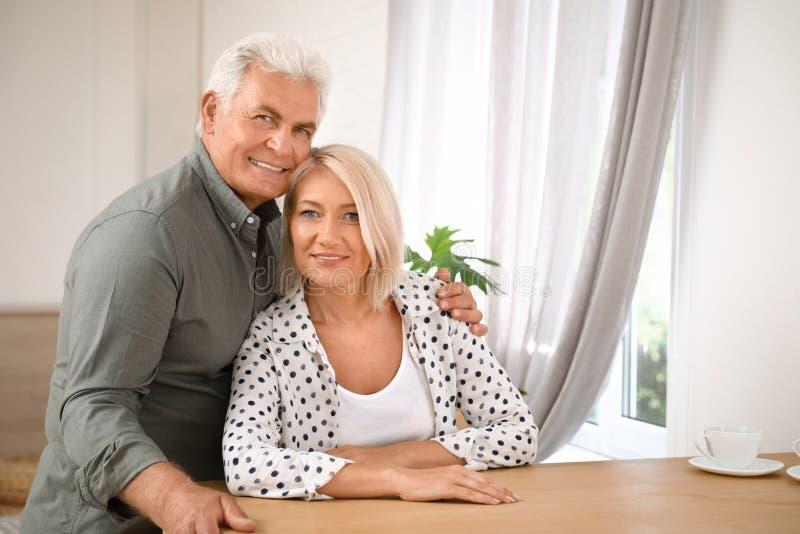 Portret czule starsza para w domu zdjęcia royalty free