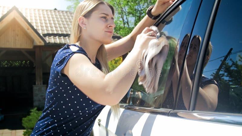 Portret czyści samochodowych okno z płótnem piękna młoda kobieta obraz stock