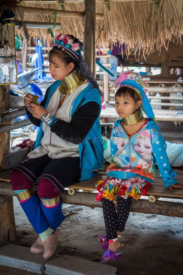 Portret długa szyi dziewczyna w 'Long szyi Karen' plemienia etnicznej wiosce i młoda kobieta troszkę fotografia royalty free