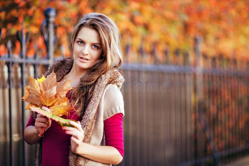 Portret długowłosa piękna dziewczyna z liśćmi klonowymi w dzianinie zdjęcie royalty free