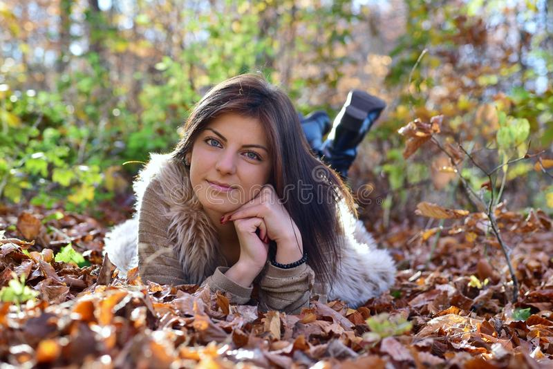 Portret da mulher na natureza foto de stock royalty free