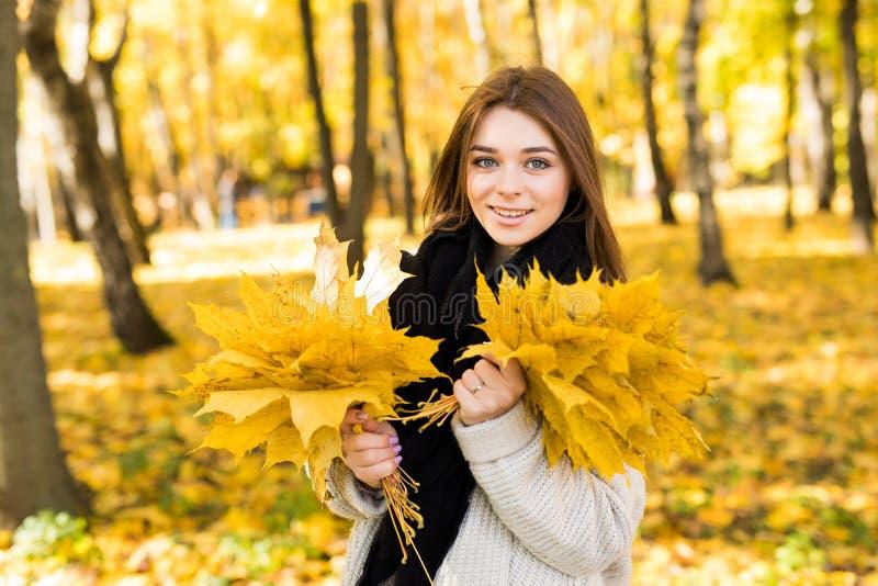 Portret da mulher no outono foto de stock royalty free
