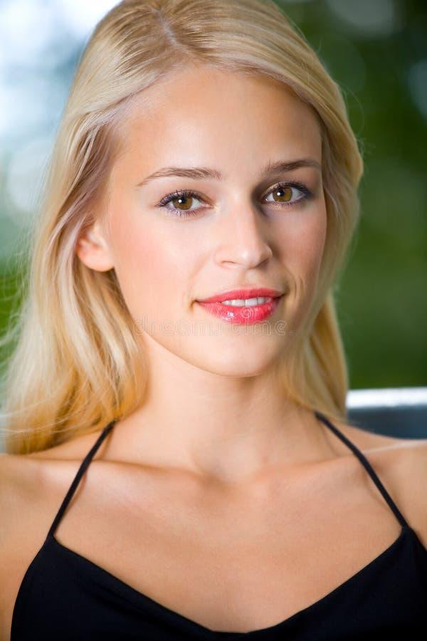 Portret dat jonge vrouw glimlacht stock afbeeldingen