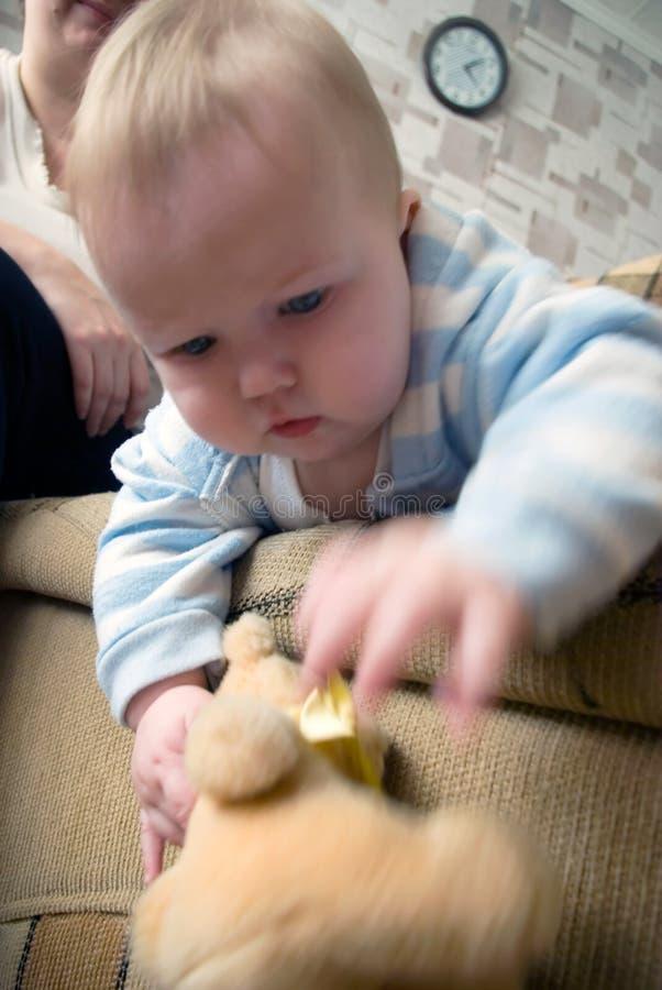 Portret dat van blauwe ogen babyjongen speelt royalty-vrije stock foto