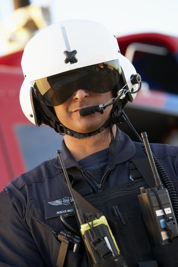Portret dat van paramedicus zich voor Medevac bevindt royalty-vrije stock afbeelding