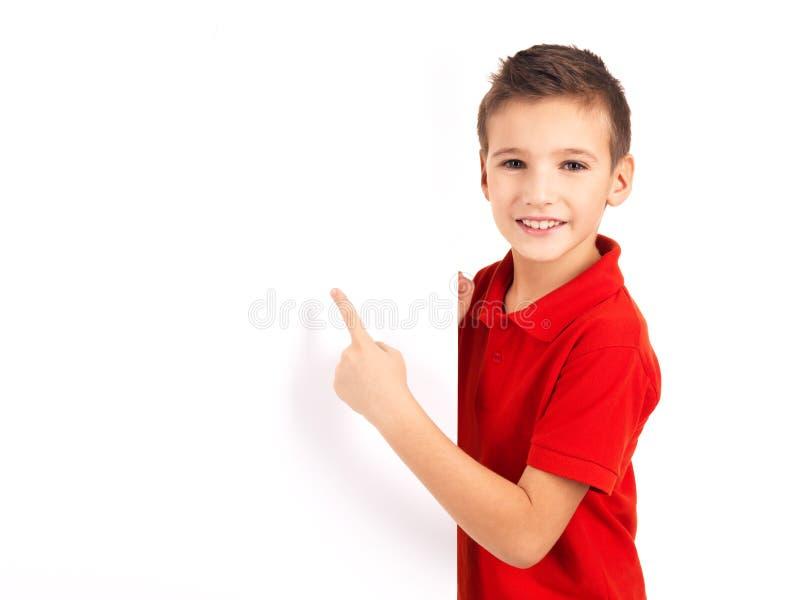 Portret dat van vrolijke jongen op witte banner richt stock foto's