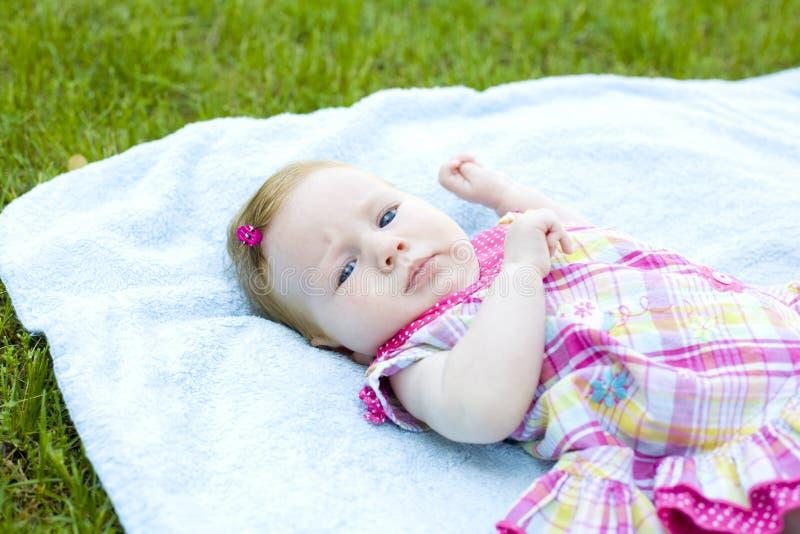 Portret de baby van twee maand stock fotografie
