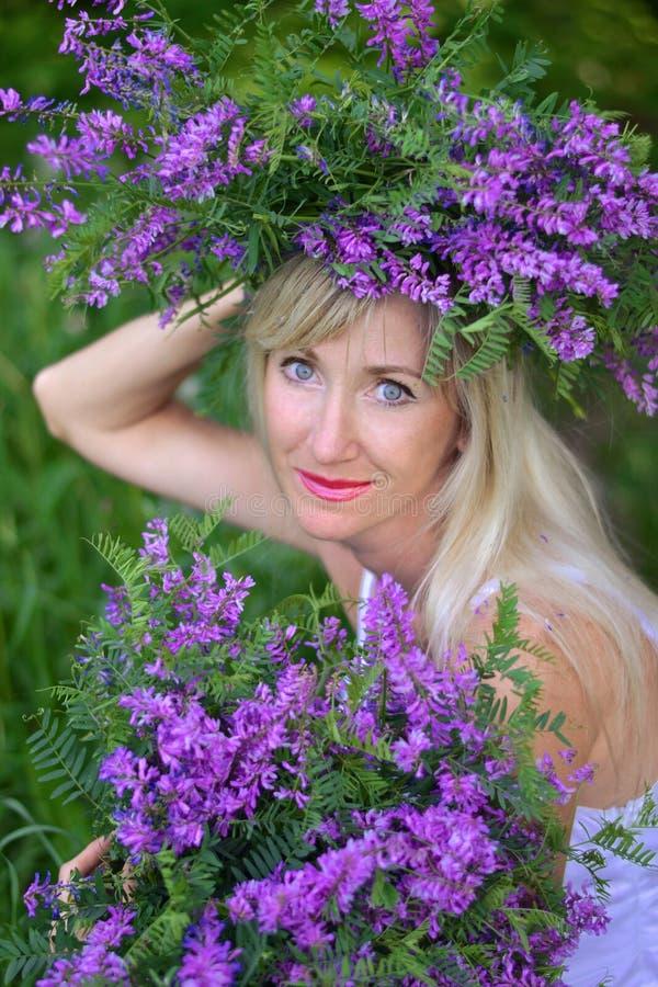 Portret de mooie vrouw met bloemen stock foto's