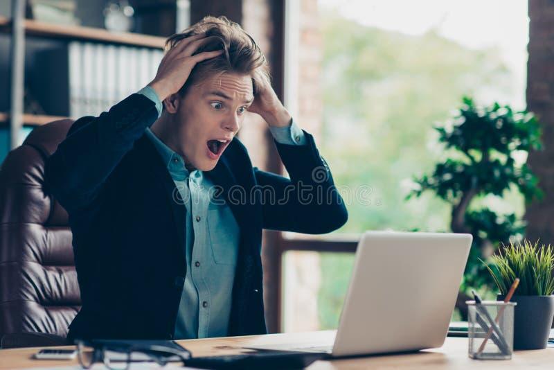Portret deprymująca udaremniająca rozczarowanego mężczyzna reakcji omg użytkownika komputeru osobistego krzywdy niewiarygodna zdz zdjęcie stock