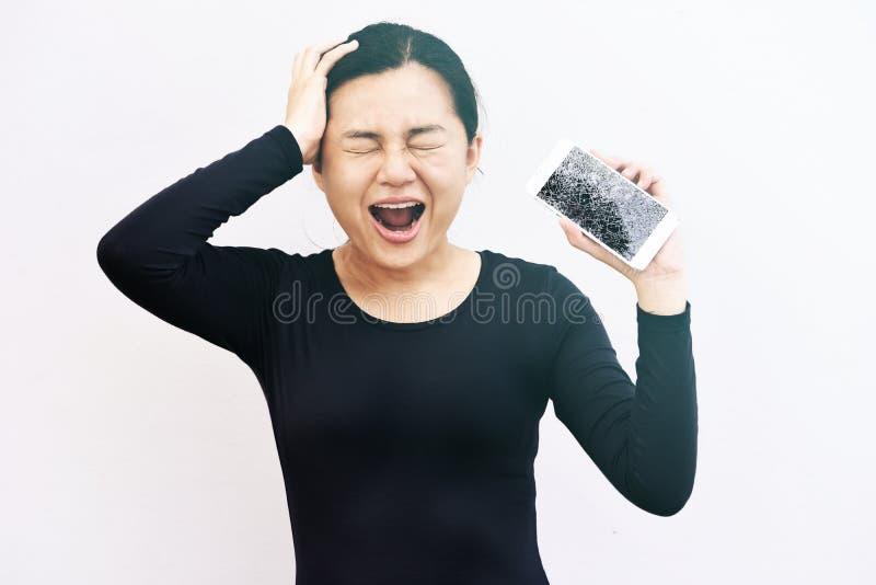 Portret desperacka kobieta trzyma jej telefon zdjęcie royalty free