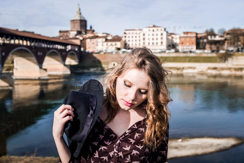 Portret dichtbij de Oude Brug in Pavia stock fotografie