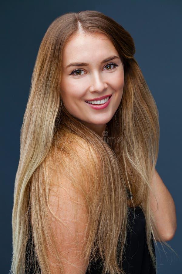 Portret dichte omhooggaand van jonge mooie blondevrouw stock foto's